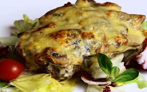 мясо свинины с луком и сыром