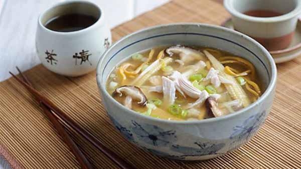 Вкусный куриный суп с яичной лапшой и грибами шиитаке