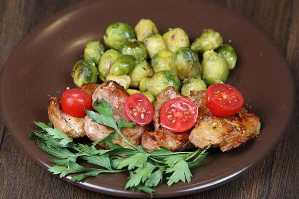 Копченая куриная голень с брюссельской капустой